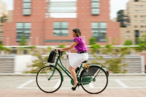 woman riding bike to work in chicago